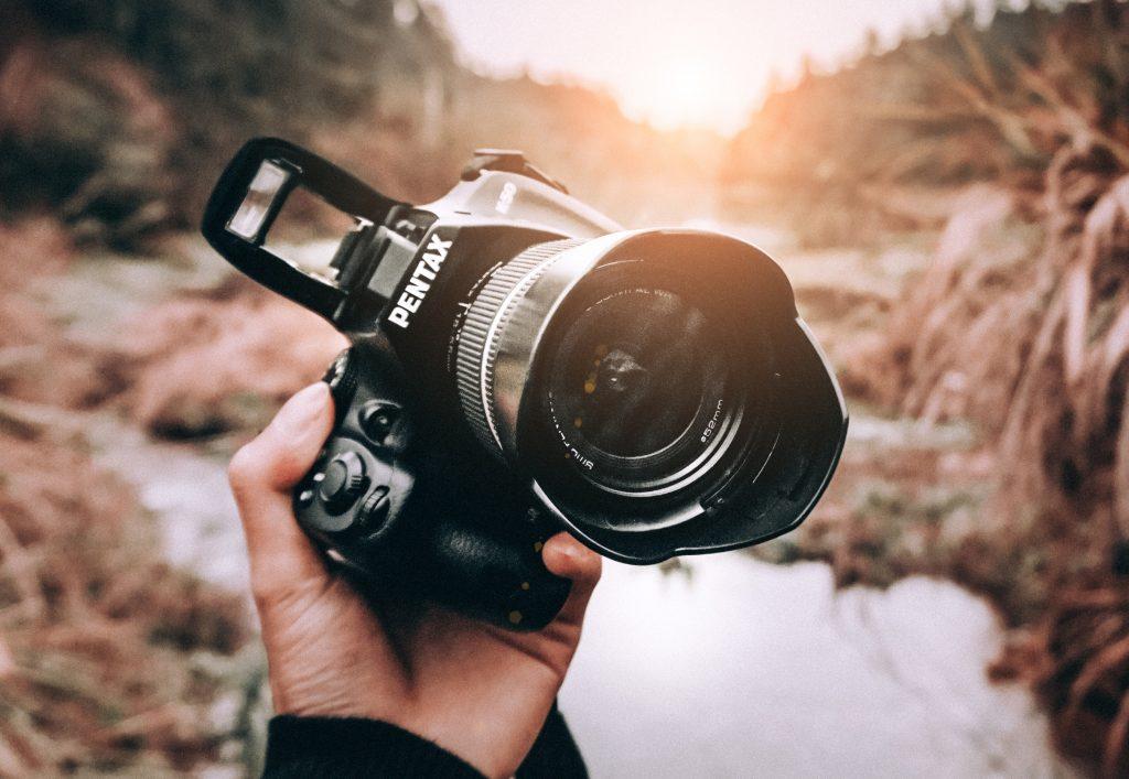 Kamera som tar bilde av natur.