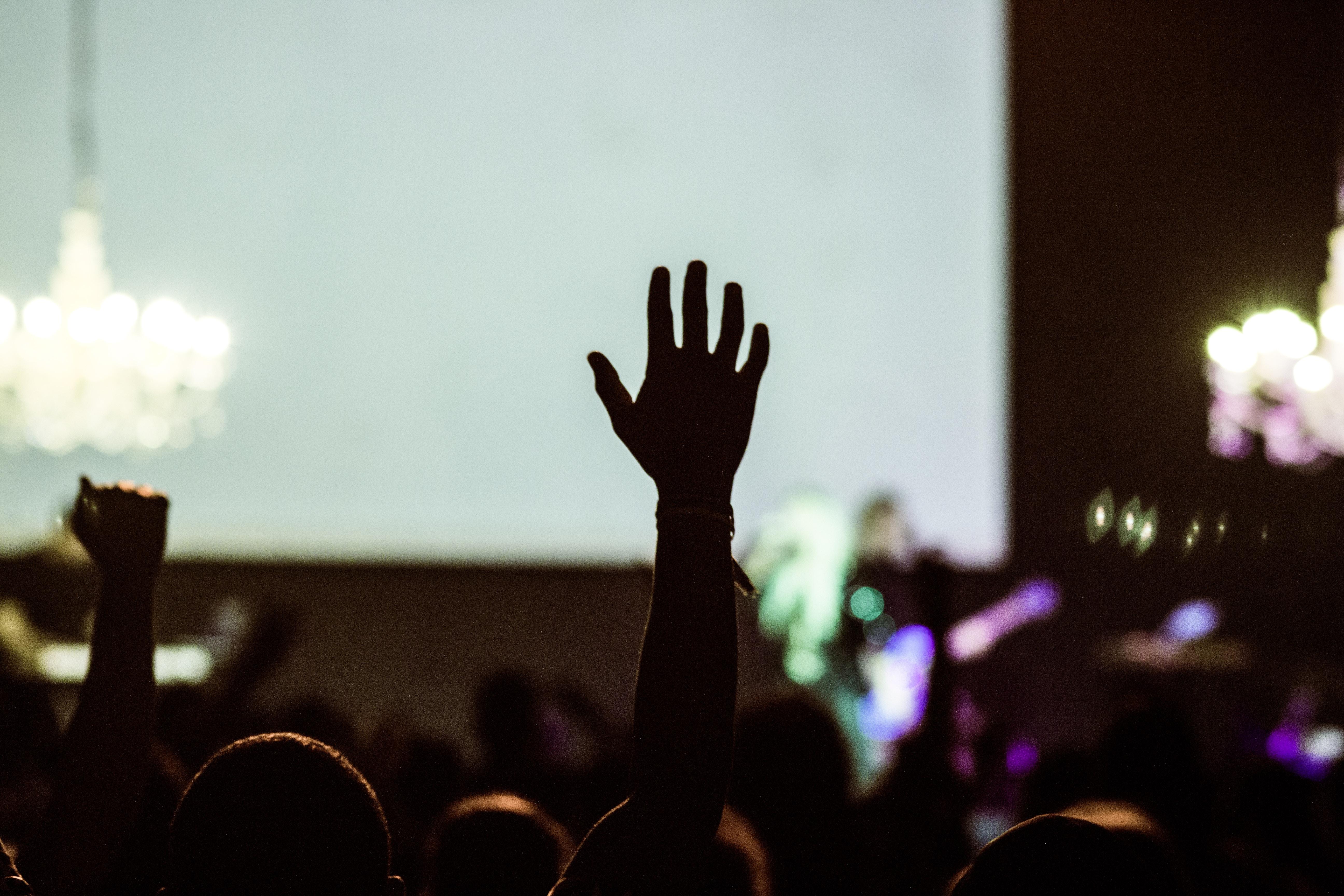 person som holder opp en hånd