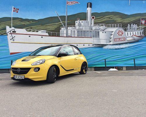 Bil fra Topp Auto foran maleri av Skibladner