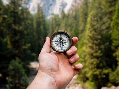 Hånd som viser frem et kompass